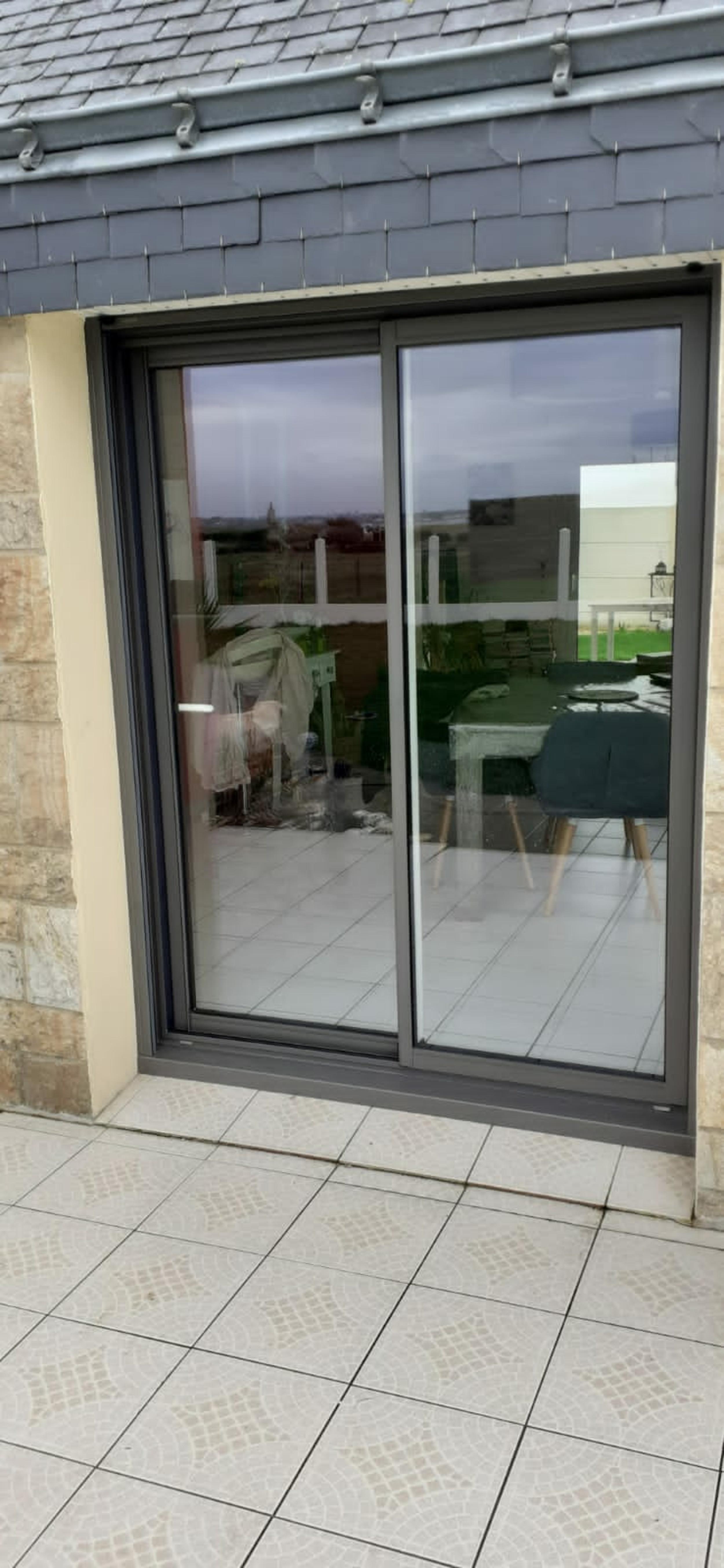 Baie vitrée alu coulissante et portes fenêtres 2 vantaux asymétriques - Gavres - Morbihan