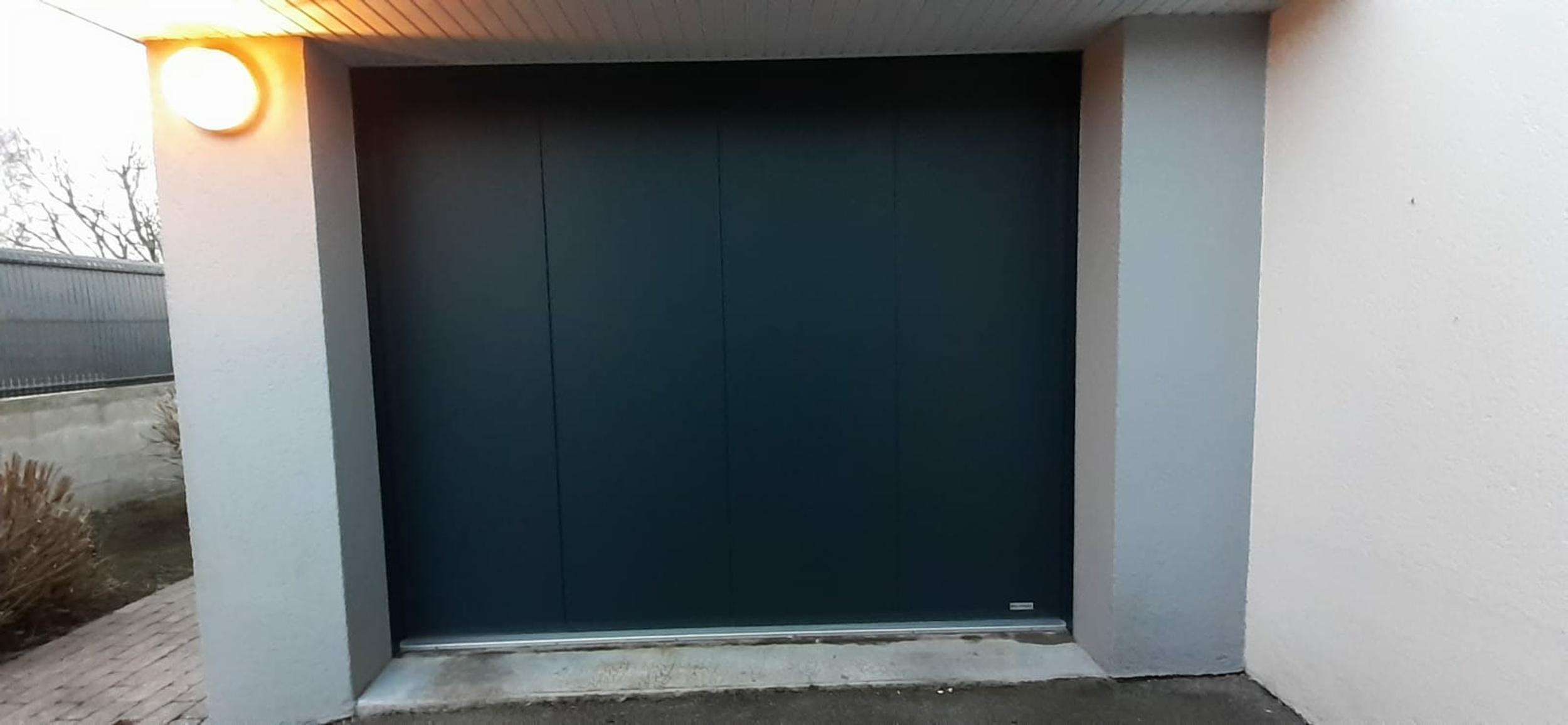 Changement porte de garage : installation d''une porte motorisée grise - Ploemeur