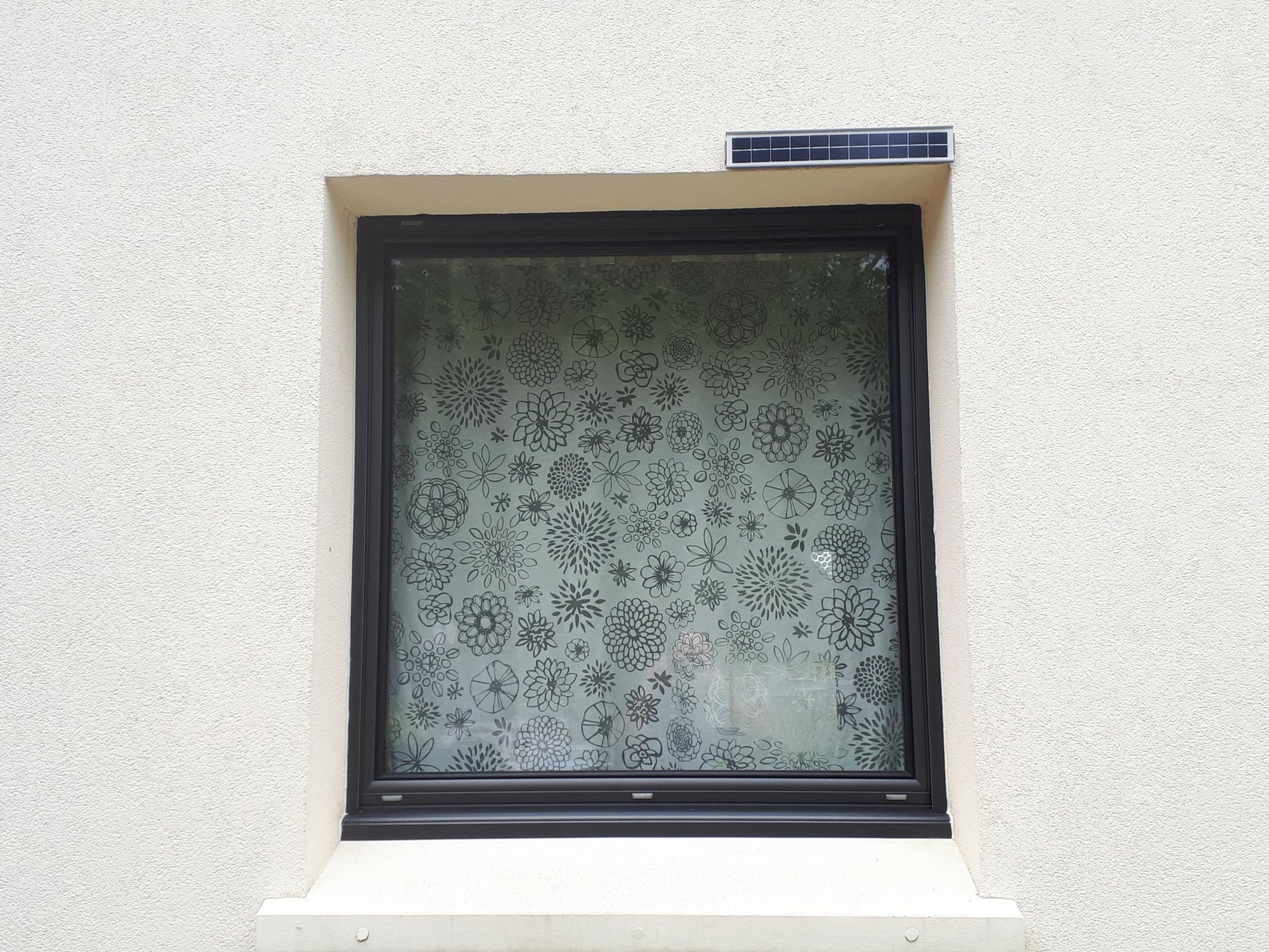 Installation fenêtre aluminium noir et volets à motorisation solaire - Kervignac