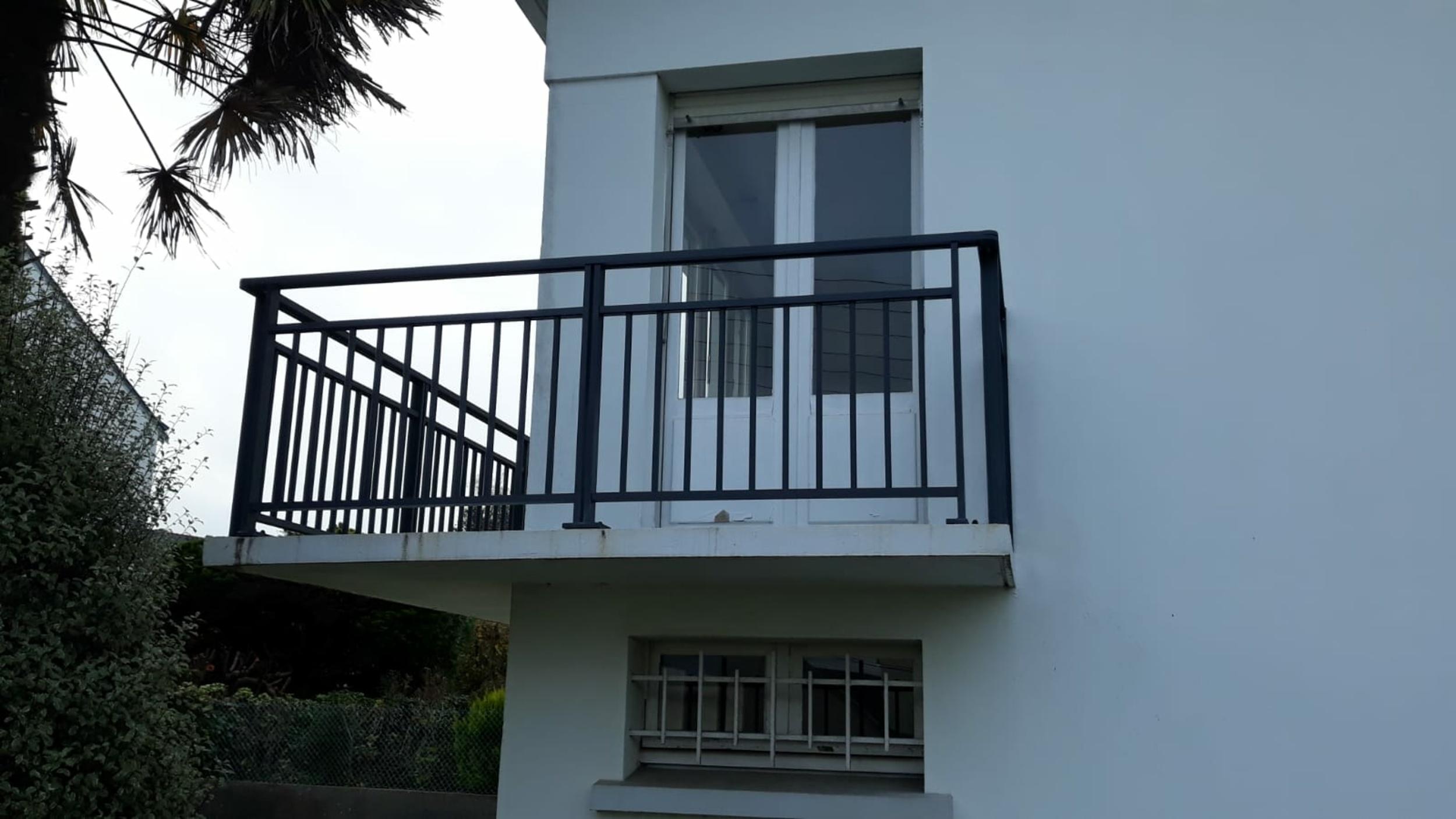 Installation de garde corps alu sur balcon - Lorient