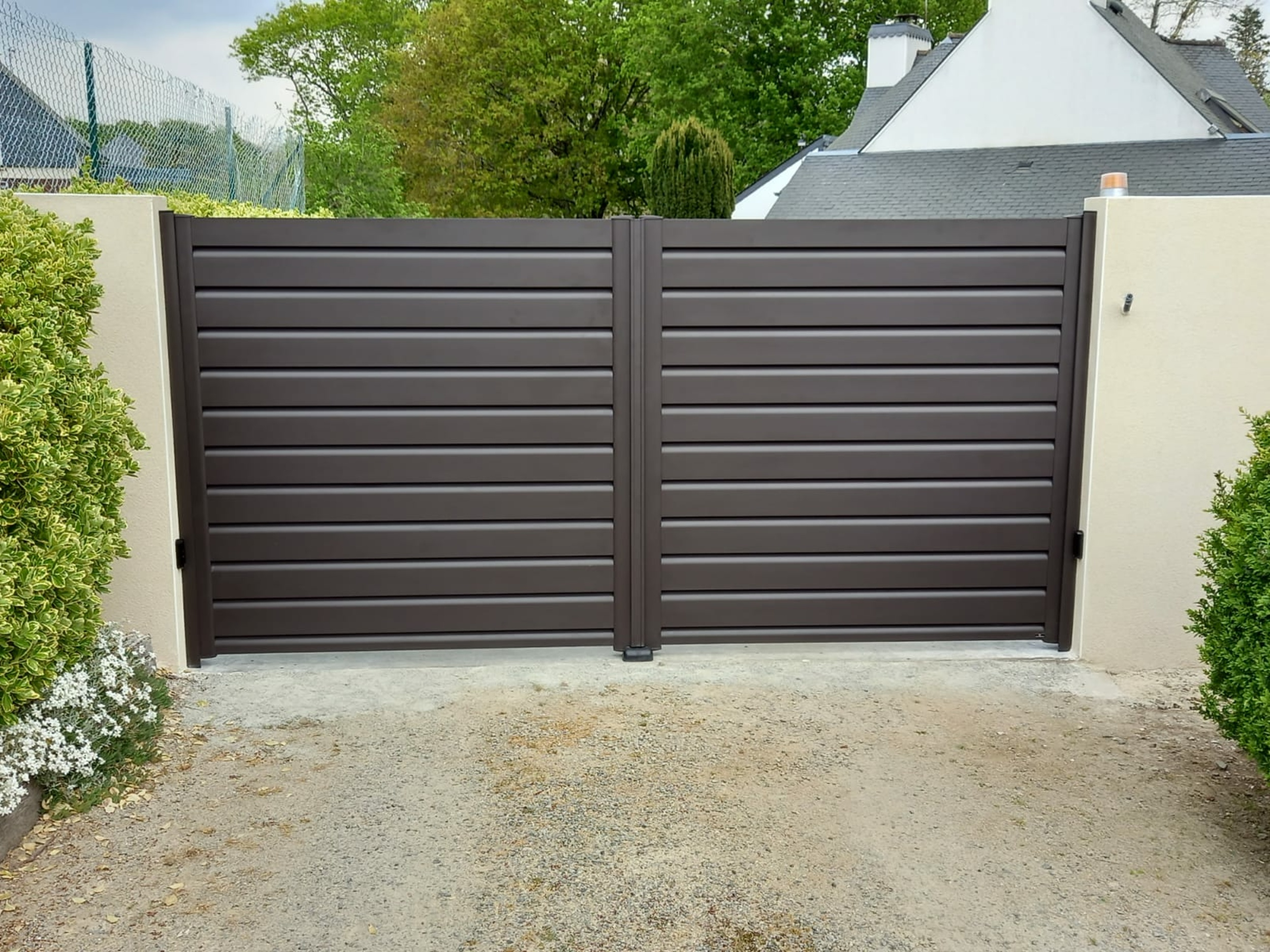 Installation portail battant aluminium motorisé - Caudan
