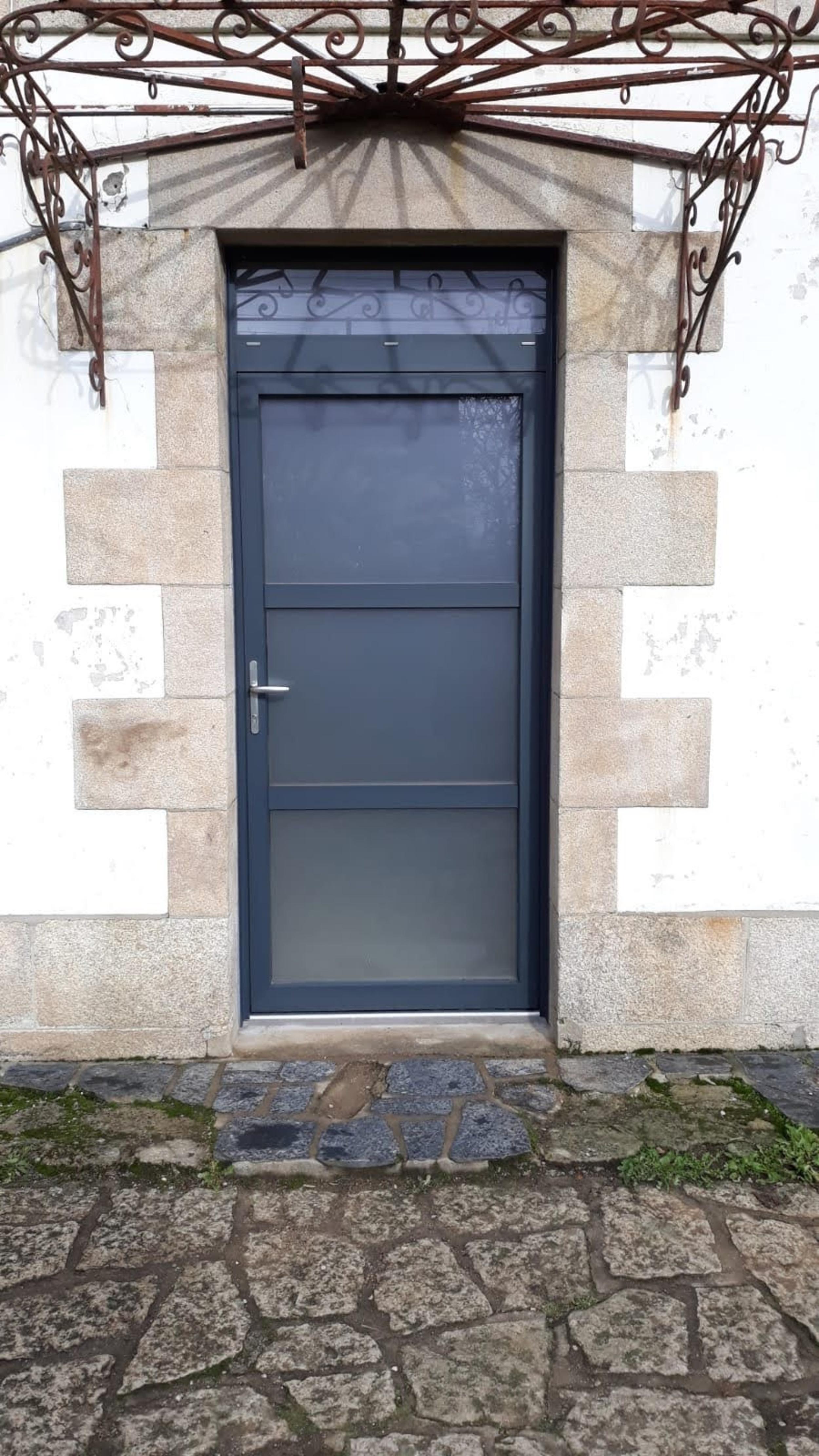 Installation porte aluminium et verre sablé - Le Faouët