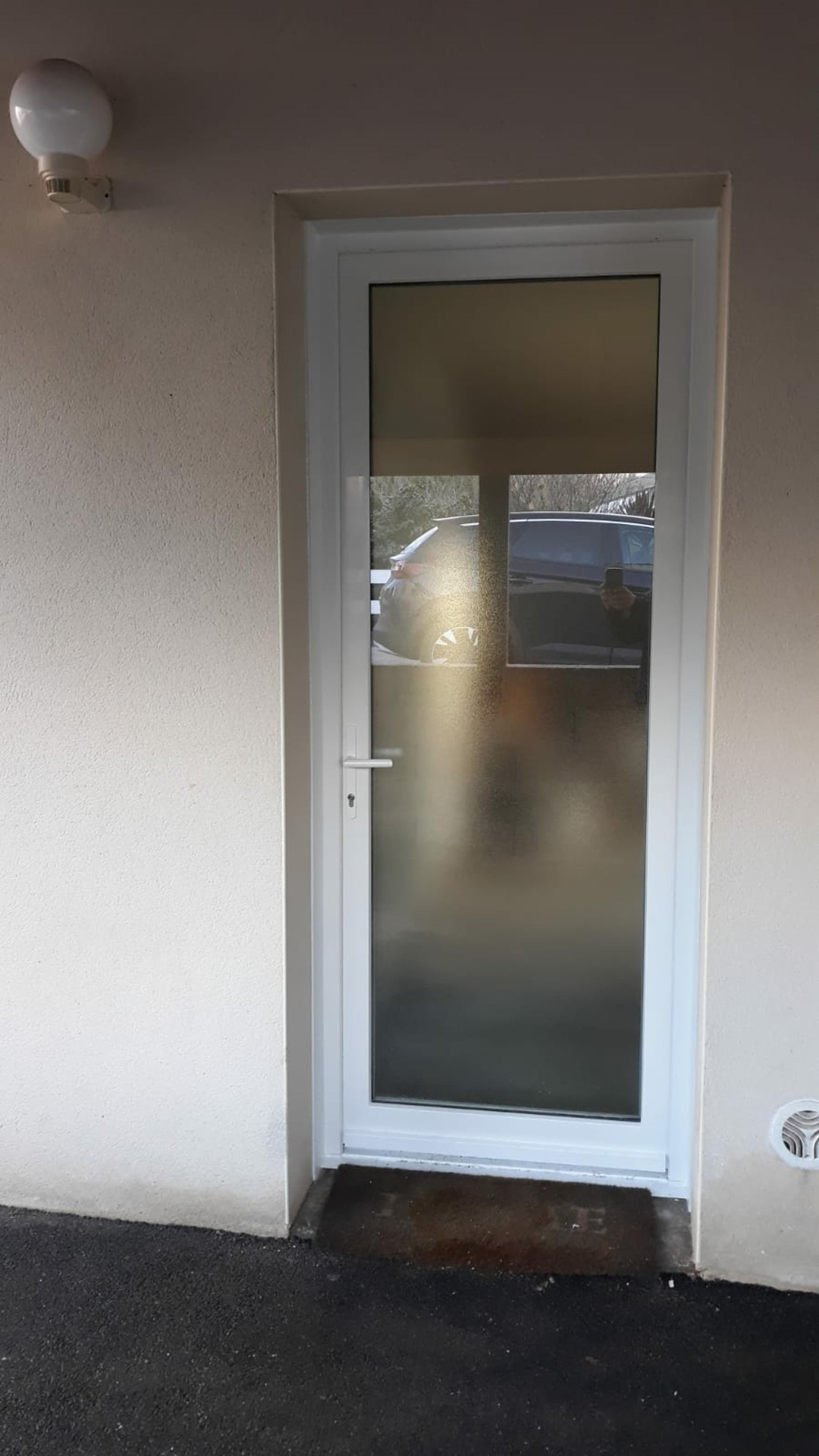 Installation porte d''entrée vitrée - Hennebont