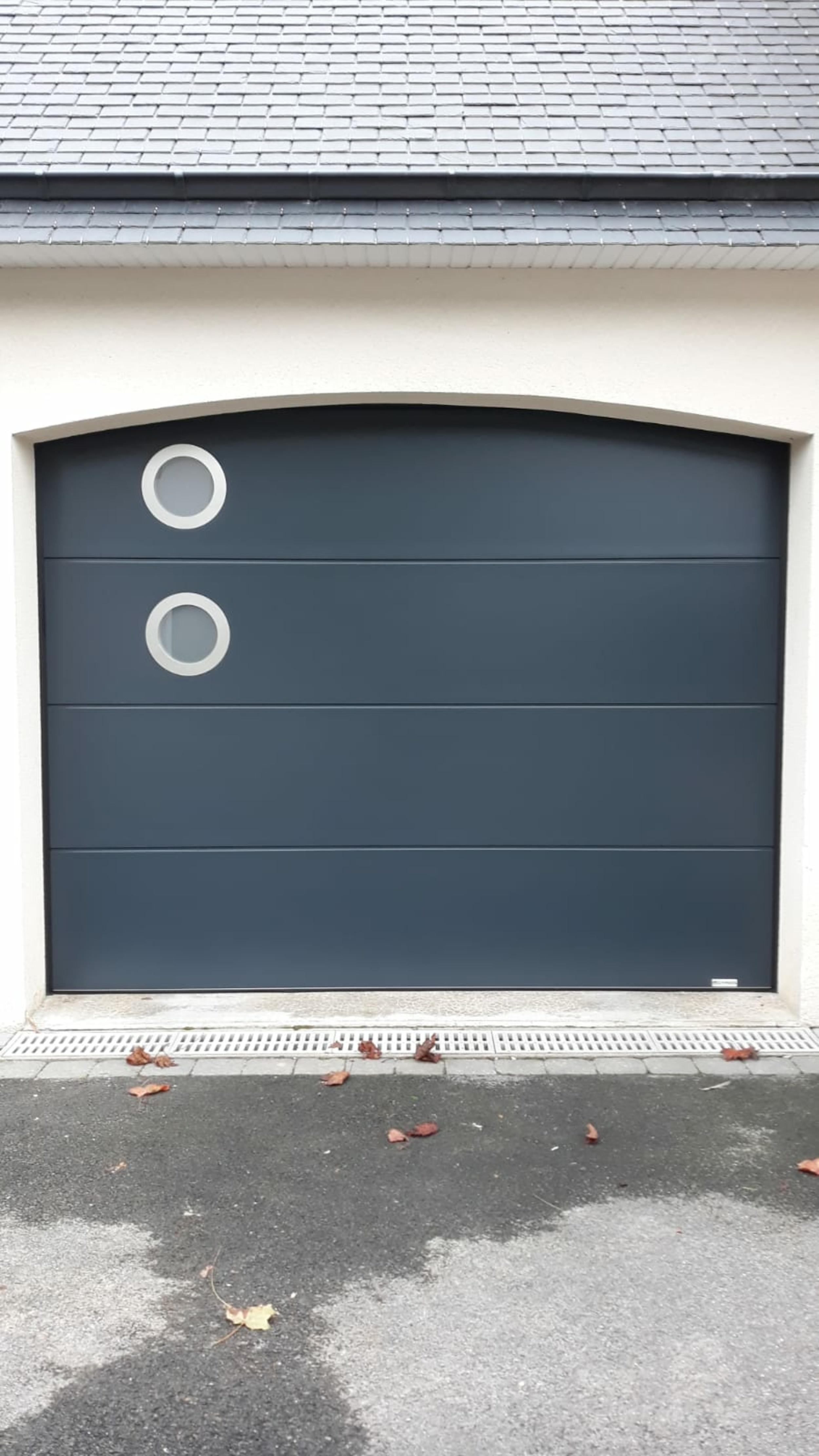 Installation porte de garage ouverture sectionnelle latérale