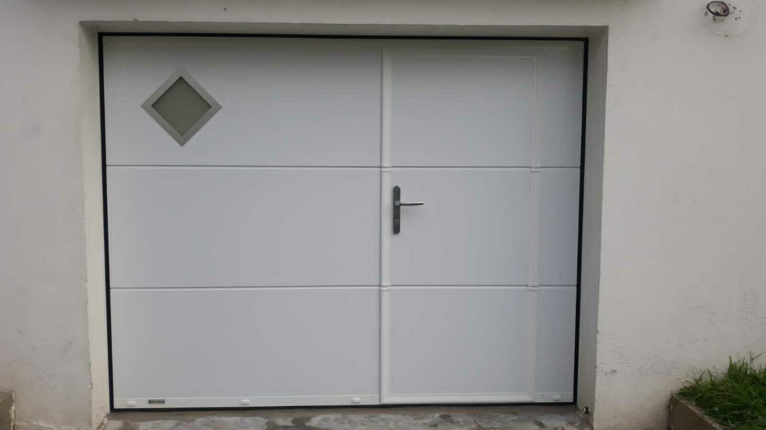 Installation porte de garage sectionnelle avec portillon piéton -Armor Plage Gavres