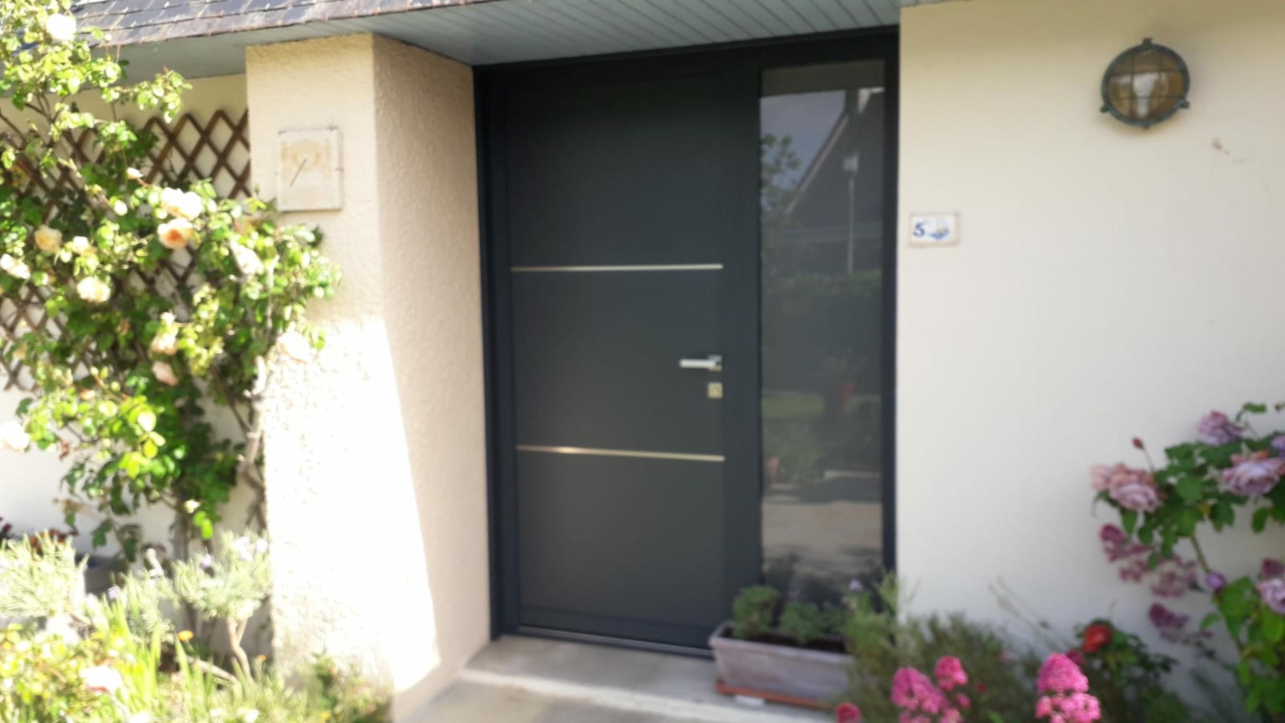 Porte aluminium avec liséré inox - Lorient