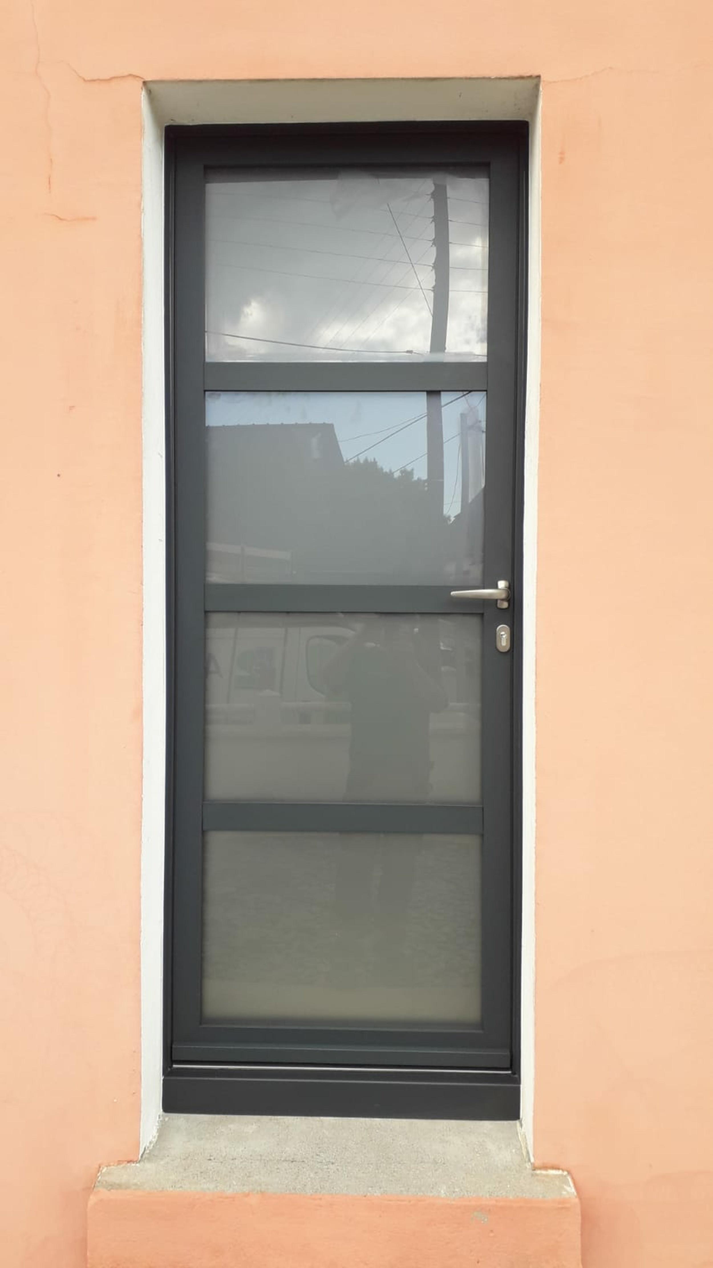 Porte d''entrée alu et verre sablé : renovation