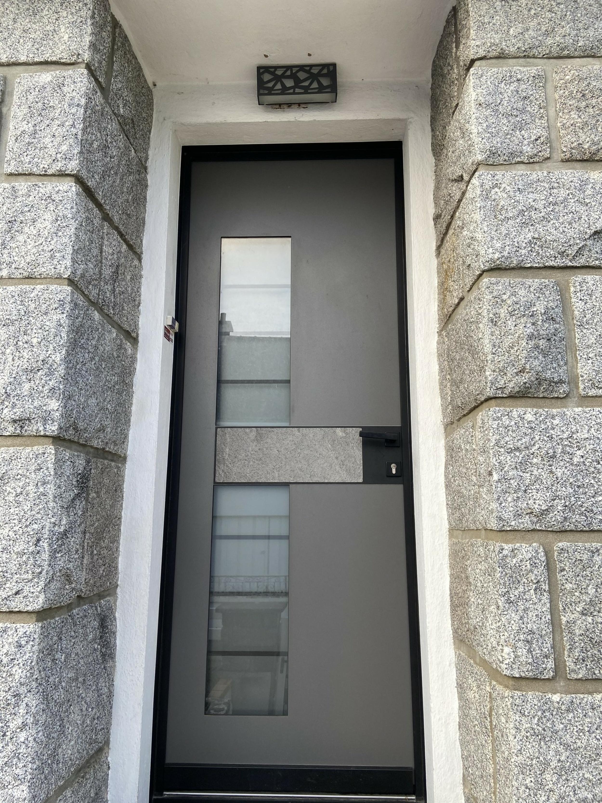 Porte d''entrée cadre noir et insert granit extérieur et noir intérieur- Caudan