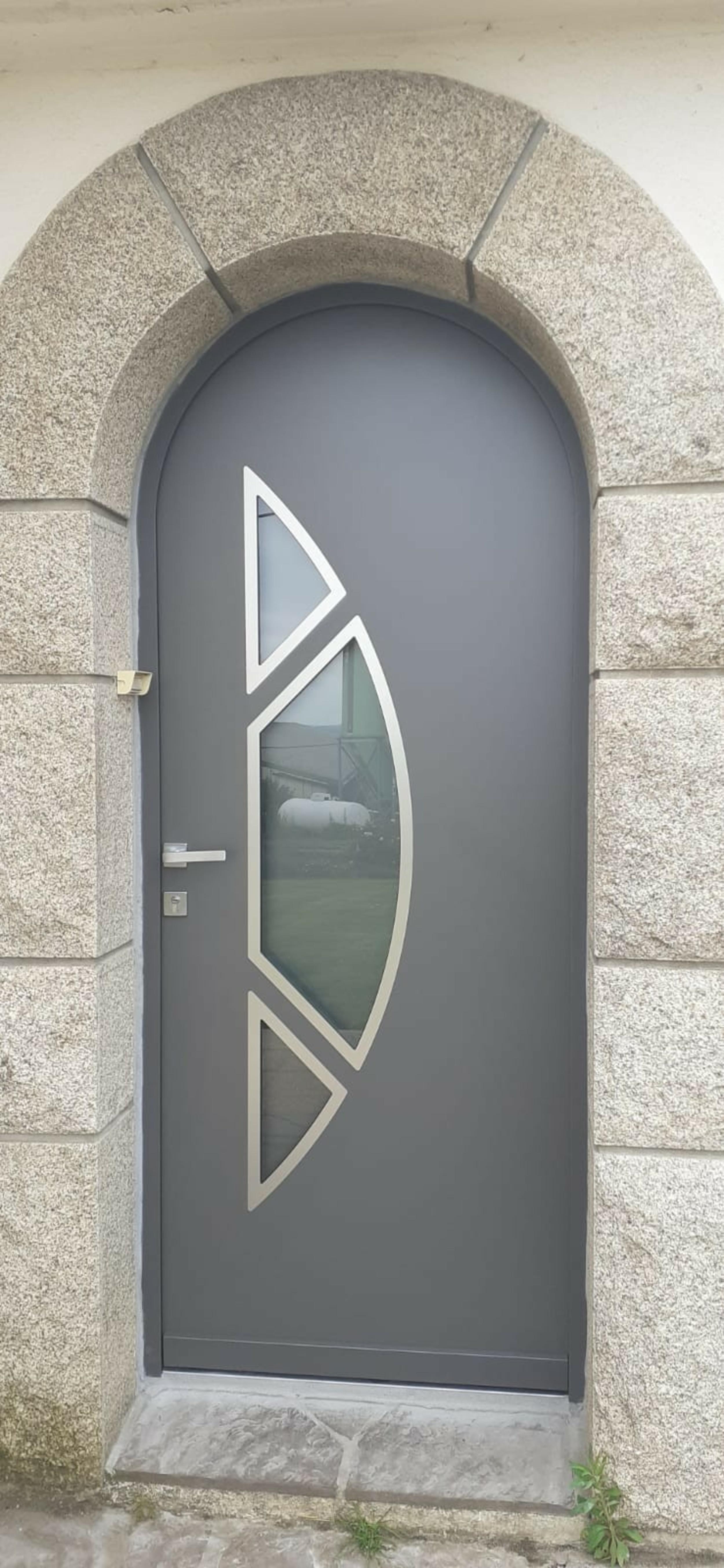Porte d''entrée cintrée avec insertions de métal et verre - Quimper