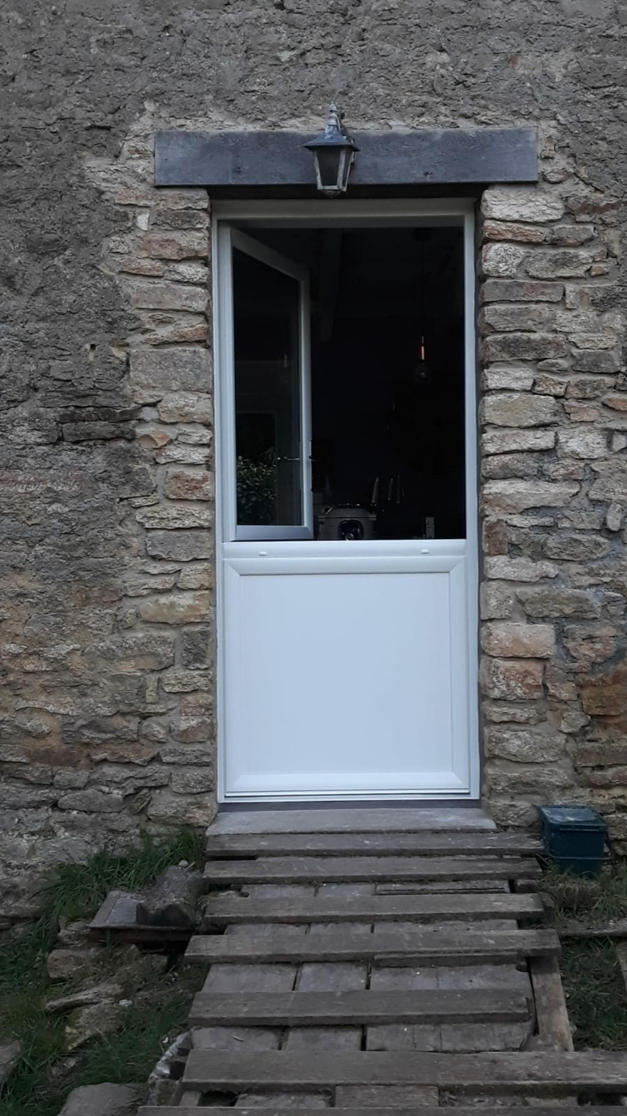 Porte d''entrée PVC type fermière sur maison pierre- Lorient