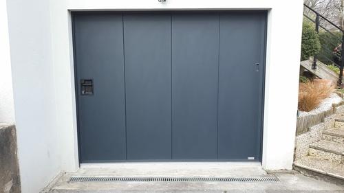 Porte de garagemanuelle à déplacement latéral avec portillon - Hennebont