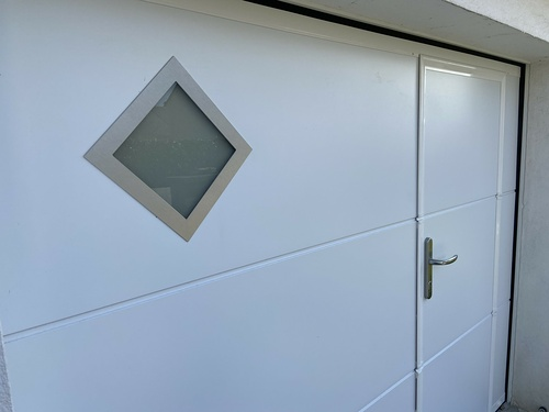 Porte de garagerefoulement plafond avec portillon - Larmor Plage