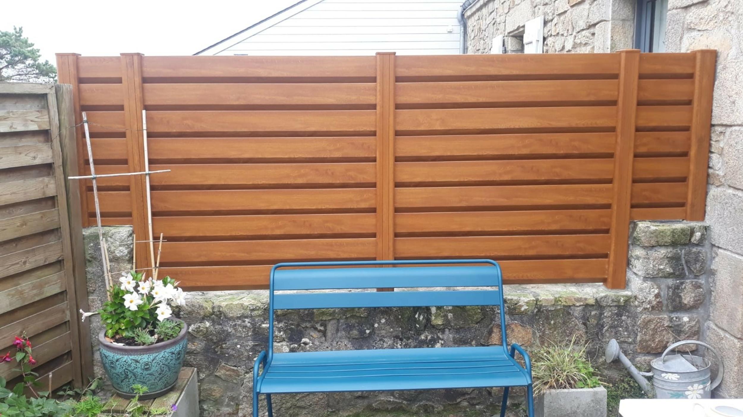 Pose clôture PVC chêne doré - Riantec