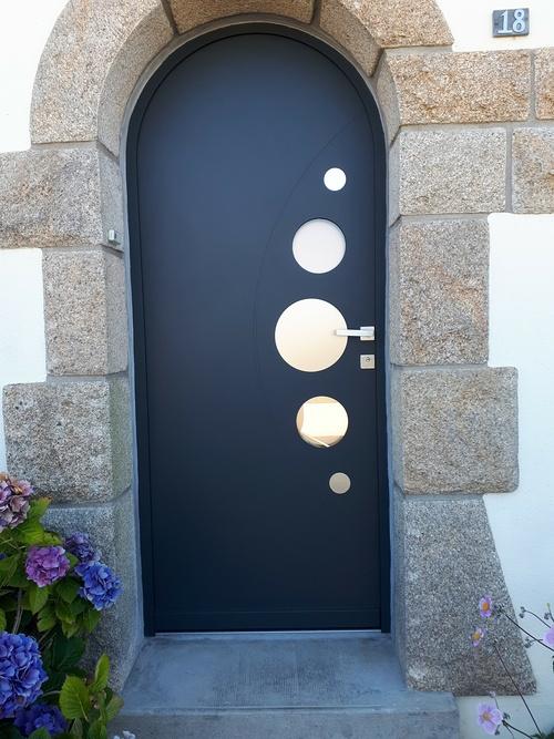 Pose porte d''entrée cintrée alu moderne avec inclusion cercles en verre