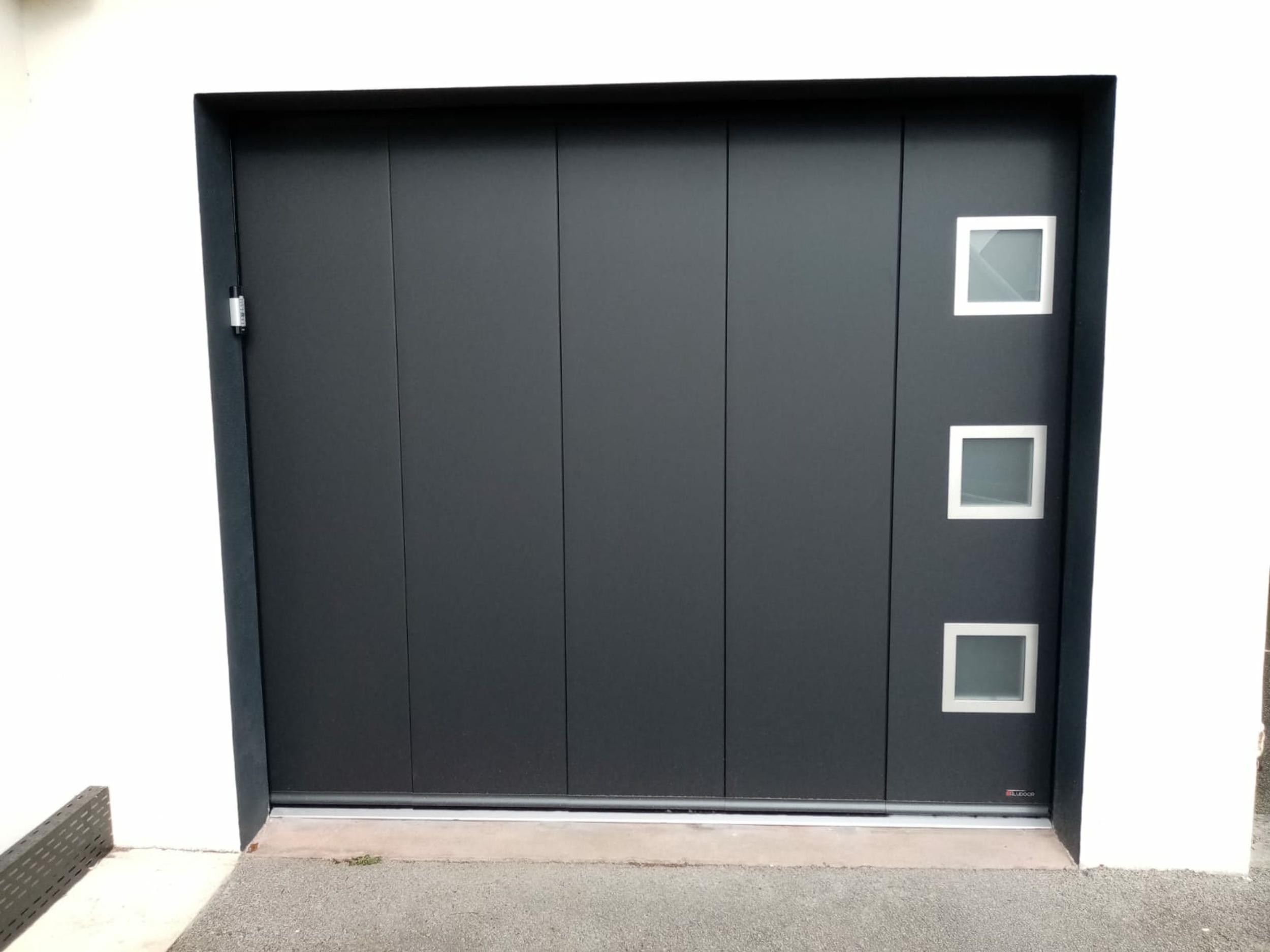 Pose porte de garage noire - déplacement latéral