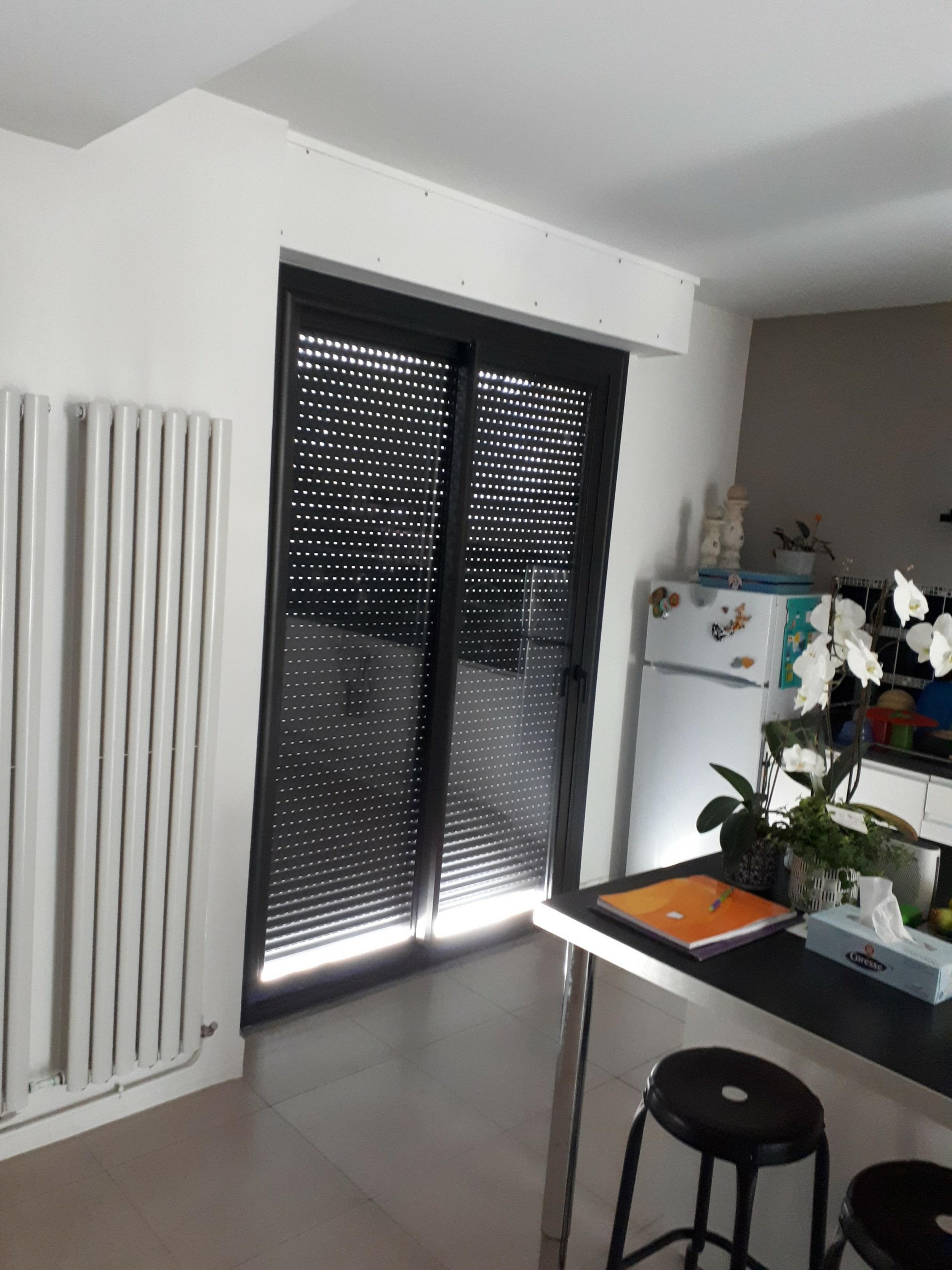 Pose d''une porte fenêtre alu noir avec volets roulants - Hennebont -56