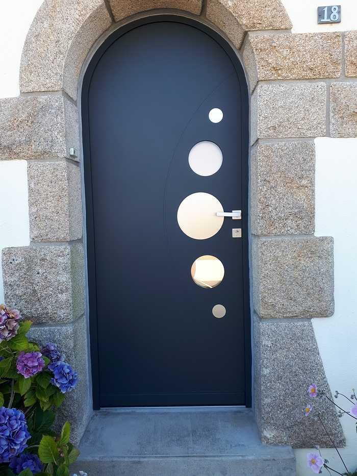 Pose porte d''entrée cintrée alu moderne avec inclusion cercles en verre 0