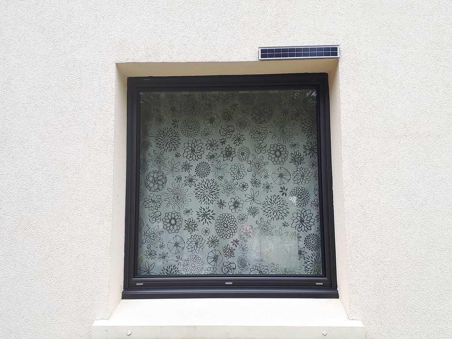 Installation fenêtre aluminium noir et volets à motorisation solaire - Kervignac 0