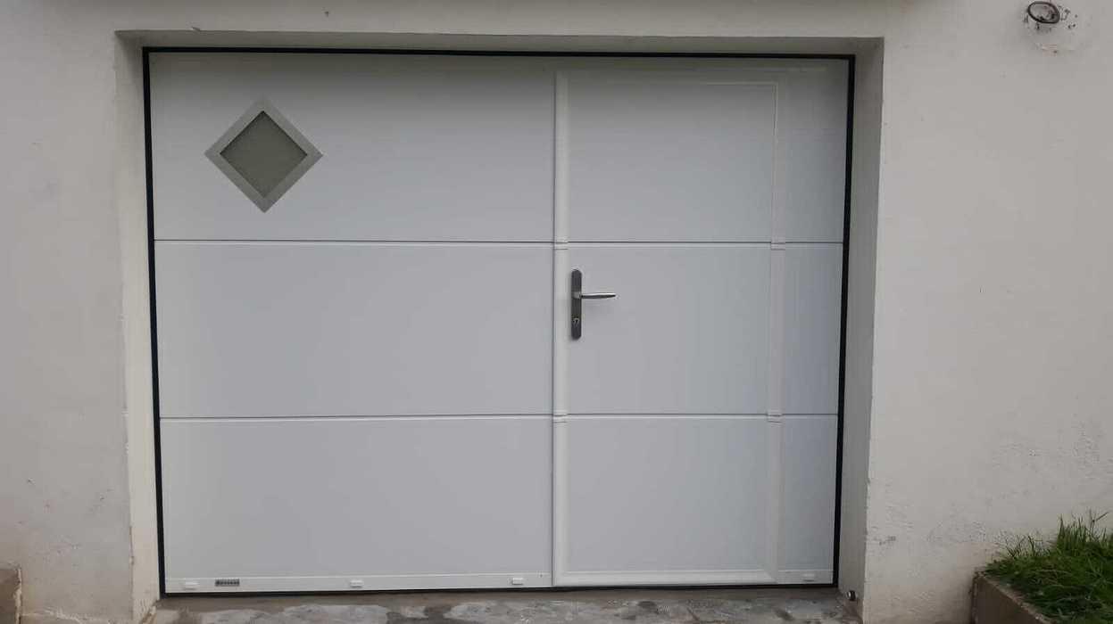 Installation porte de garage sectionnelle avec portillon piéton -Armor Plage Gavres 0