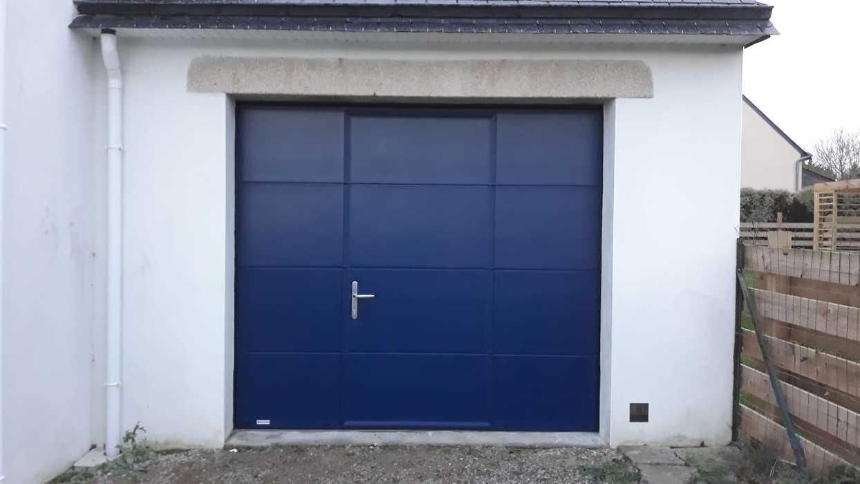 Porte de garage à refoulement plafond - portillon piéton - Pouhinec 0