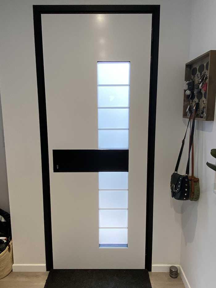 Porte d''entrée cadre noir et insert granit extérieur et noir intérieur- Caudan fichier00011