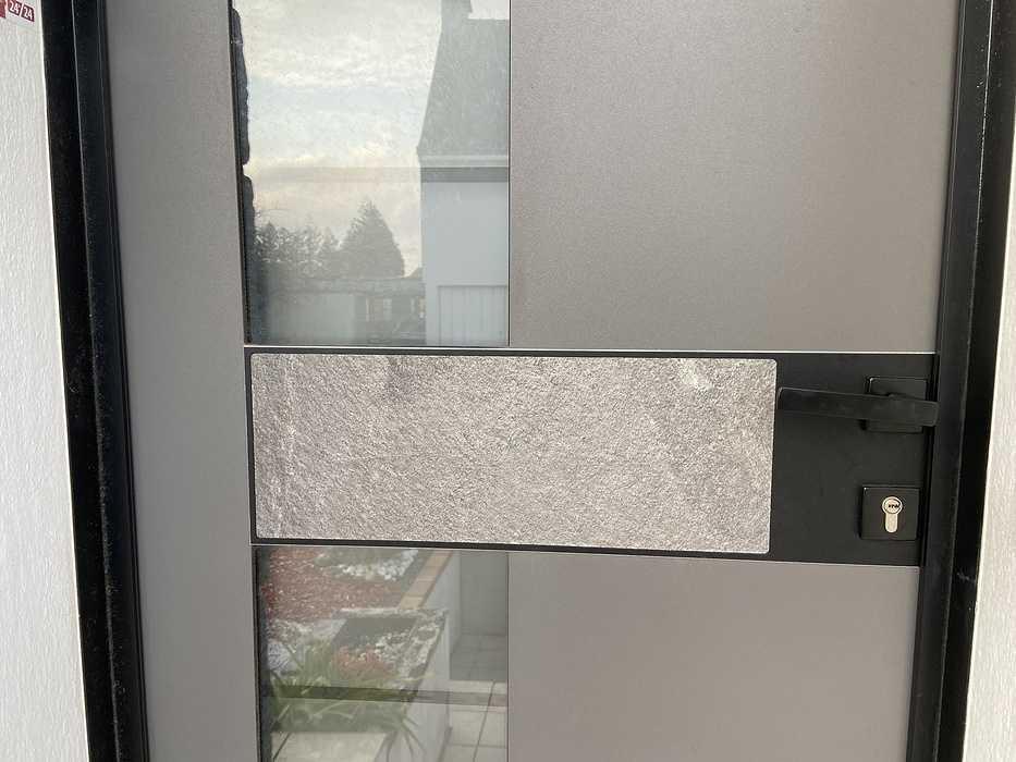 Porte d''entrée cadre noir et insert granit extérieur et noir intérieur- Caudan fichier0011