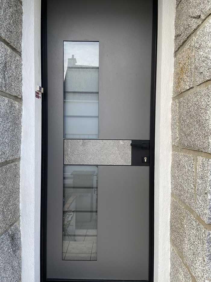 Porte d''entrée cadre noir et insert granit extérieur et noir intérieur- Caudan fichier0021