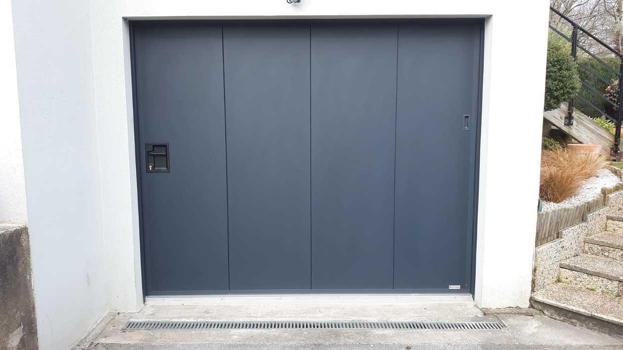 Porte de garagemanuelle à déplacement latéral avec portillon - Hennebont 0