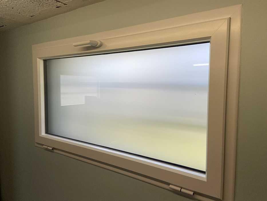 Pose châssis oscillo-battant alu et vitrage dépoli dans garage - Larmor Plage fichier00071