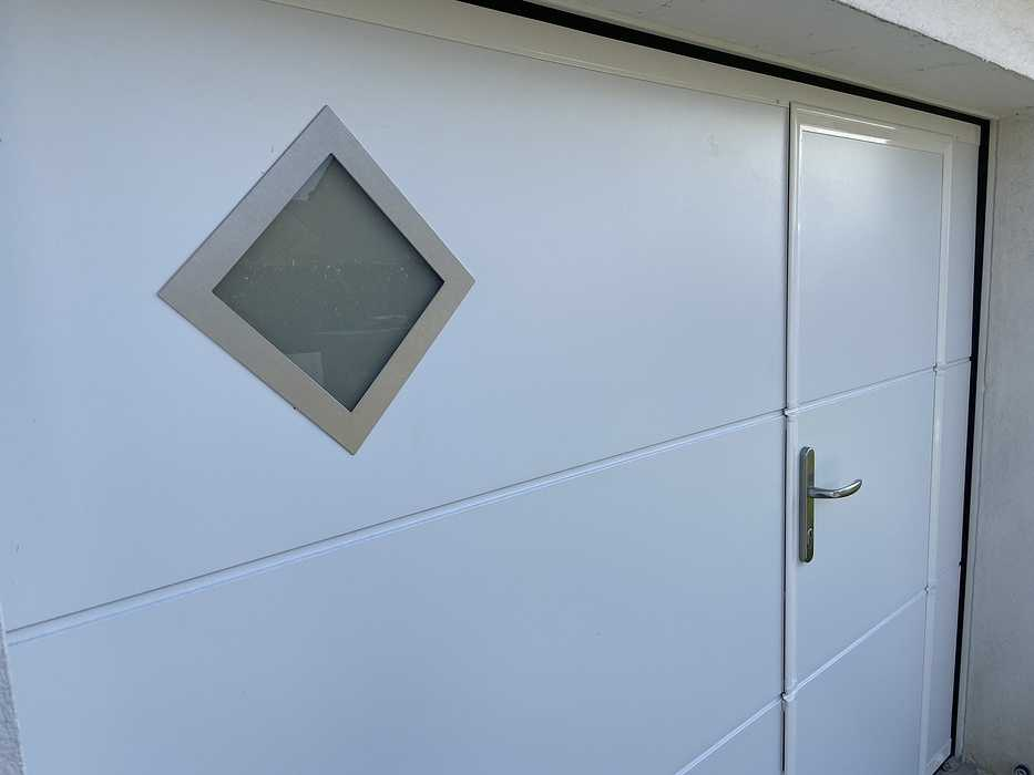 Porte de garagerefoulement plafond avec portillon - Larmor Plage 0