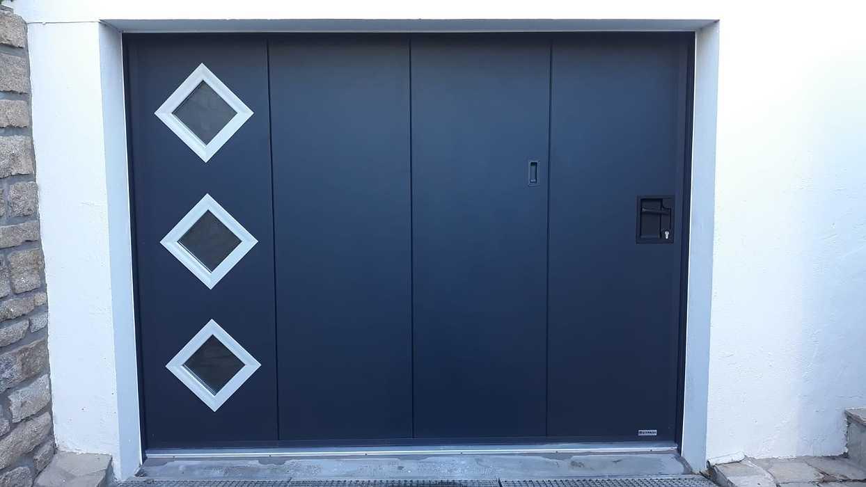 Porte de garage avec portillon et hublots - Tréméven 0