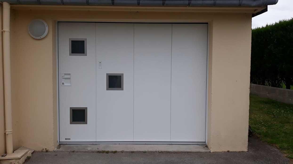 Porte de garage manuelle avec portillon - Locmiquélic 0