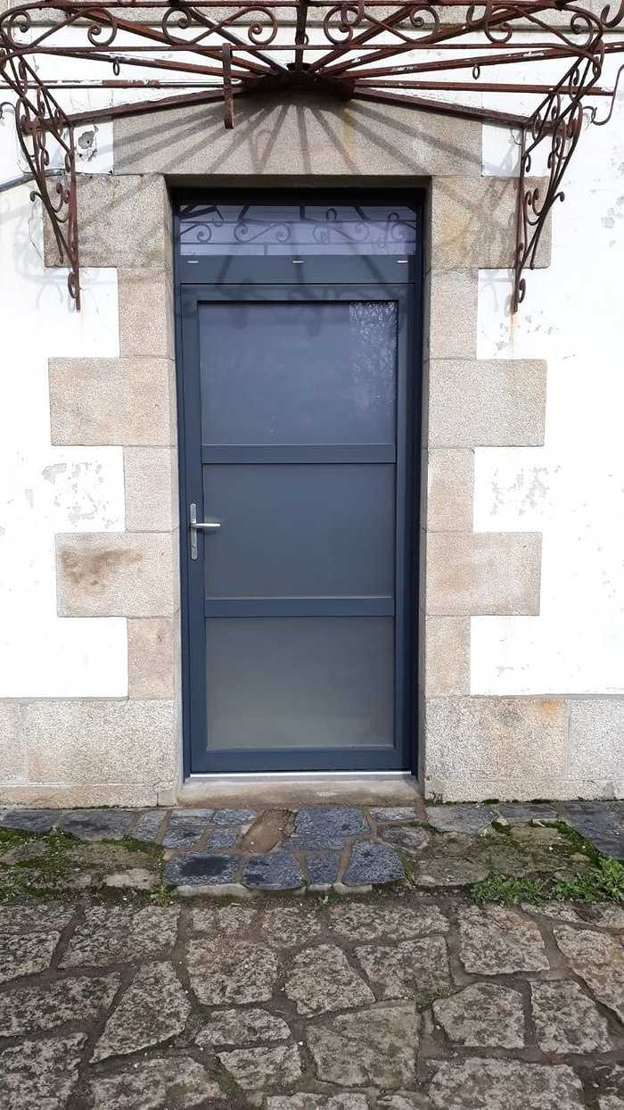 Installation porte aluminium et verre sablé - Le Faouët 0